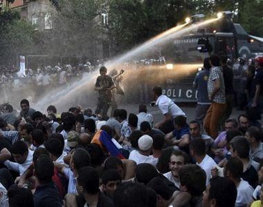 Zeci de persoane au fost rănite în urma unor ciocniri violente între protestatari şi...
