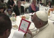 Papa Francisc a luat prânzul cu cei 21 de refugiati sirieni pe care i-a adus din Grecia, la resedinta papala de la Santa Marta