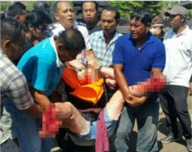 Doua persoane au murit, iar alte 14 au fost ranite, dupa ce barca in care se aflau 35...