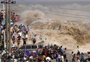 Momentul terifiant in care un val urias spulbera toti turistii de pe faleza. Tragedia a fost filmata