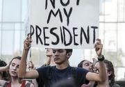 Mii de oameni au iesit in strada in marile orase din SUA pentru a protesta impotriva lui Donald Trump. La Oakland, cinci persoane au fost ranite