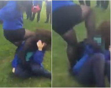 Scena de lupta intre mai multe eleve! Doua adolescente au fost filmate snopind in...