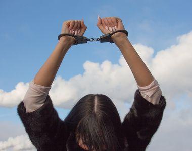 O minora de 16 ani, condamnata la sase ani de inchisoare pentru ranirea unui politist