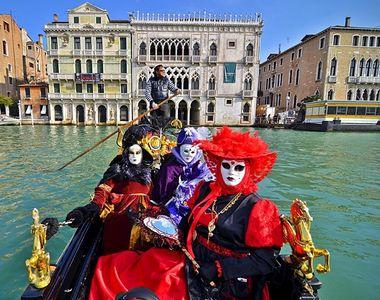 S-a dat startul festivitatilor la Carnavalul de la Venetia. Zeci de mii de persoane au...