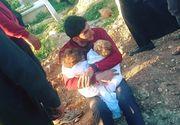 Imagine sfasietoare. Acest tata isi strange pentru ultima data gemenii la piept, morti in urma atacului chimic din Siria
