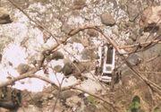 Cel putin 44 de persoane si-au pierdut viata dupa ce un autobuz a cazut intr-o prapastie din Himalaya