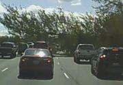 Incident grav pe o autostrada din SUA. Un copac urias s-a prabusit peste o masina aflata in mers