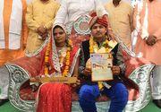 Sute de mirese din India au primit bate din lemn drept cadou de nunta pentru a se apara de abuzurile sotilor