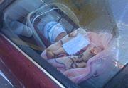 """""""Mama este plecata la cumparaturi"""". O fotografie cu un bebelus lasat in masina intr-o parcare starneste furia pe internet"""