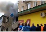 Un tata disperat si-a aruncat copiii de la ultimul etaj in timpul unui incendiu! Gestul impresionant al trecatorilor