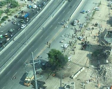 Autoritatile pakistaneze au anuntat ca 16 persoane si-au pierdut viata, in special...