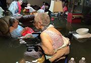 Zeci de batrani asteapta sa fie salvati dupa ce azilul la care sunt internati a fost inundat