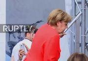 Merkel, lovita la soldul stang de o rosie aruncata din public, fluierata si insultata la un miting la Heidelberg