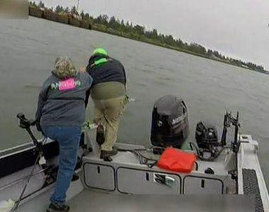 Imagini socante! Momentul in care 3 pescari se arunca dintr-o barca ca sa isi salveze...