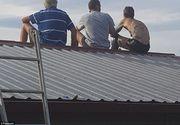 Pare doar o poza banala cu trei barbati pe un acoperis! Ce se ascunde in spatele acestei imagini este, insa, dramatic