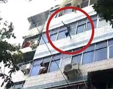 Momentul cutremurator in care o mama isi arunca copiii pe geam pentru a-i salva...