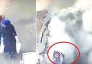 Momentul halucinant în care două femei sunt înghiţite de pământ. Stăteau de vorbă pe trotuar când o groapă uriaşă le-a înghiţit - VIDEO