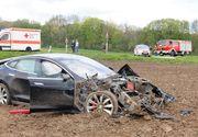 Primul accident cu un model Tesla! Masina s-a facut praf dupa ce a zburat 25 de metri prin aer!