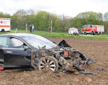 Primul accident cu un model Tesla! Masina s-a facut praf dupa ce a zburat 25 de metri...
