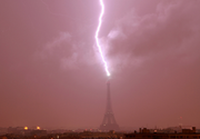 Imagine spectaculoasa! Turnul Eiffel, lovit de fulger!