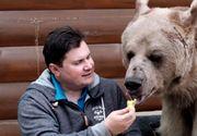 O familie din Rusia a adoptat un pui de urs in urma cu 23 de ani. Stepan are peste doi metri in inaltime si mananca 25 de kg de mancare zilnic