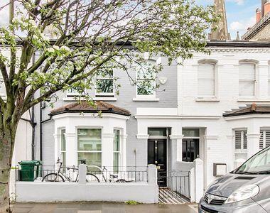 Cum arata casa in care a copilarit Harry Potter. Vila din vestul Londrei a fost scoasa...