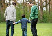 """A fost adoptat de un cuplu gay si a ajuns premiant: """"Cunoaste sapte limbi straine"""". Marturiile copilului sunt uimitoare"""