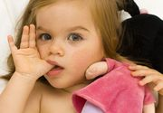 Desi este un gest urat, este extrem de benefic ca micutii sa isi roada unghiile sau sa isi suga degetele!