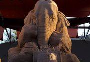 Un elefant joaca sah cu un soarece. Este posibil, intr-o sculptura inedita, care atrage tot mai multi vizitatori