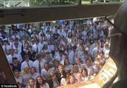 Emotionanta dovada de dragoste. 400 de elevi s-au strans in fata casei profesorului bolnav de cancer si i-au cantat acestuia mai multe melodii