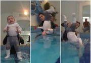 Tu ti-ai arunca asa copilul in apa? Metoda extrema prin care acesti copii de doar sase luni sunt invatati sa inoate
