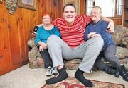Are 19 ani si 2,33 metri. Adolescentul continua sa creasca, insa are probleme mari de sanatate