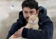 In timp ce oamenii fug din calea razboiului, un sirian a ramas sa aiba grija de sute de pisici abandonate