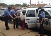 Cu masina de politie si incatusata. Asa a fost dusa o femeie in varsta de 102 ani la centrul pentru batrani