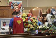 Funeralii emotionante ale baietelului de 6 ani, impuscat mortal la scoala. Sicriul a fost decorat cu personaje animate, iar oamenii au purtat costume de supereroi