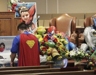 Funeralii emotionante ale baietelului de 6 ani, impuscat mortal la scoala. Sicriul a...