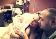 Imagini tulburatoare! S-au fotografiat cu bebelusul lor nascut mort. Tragedia a avut loc dupa ce o asistenta i-a dat femeii insarcinate paracetamol, desi ea trecea prin chinuri cumplite