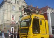 Premiera la Timisoara! Un iluzionist a levitat deasupra unui tir de 13 tone aflat in mers. Imagini spectaculoase