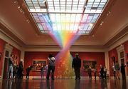 Un curcubeu urias a aparut in sala unui muzeu din SUA! Ce se ascunde, de fapt, in spatele acestor imagini spectaculoase