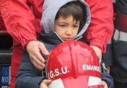 Mos Craciun a venit mai devreme pentru baietelul de 6 ani care si-a salvat surorile din flacari. Pompierii l-au coplesit cu daruri