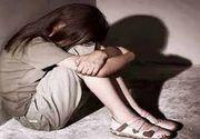 O adolescenta a fost violata de mai multi barbati, timp de patru ani. O alta tanara o tinea de mana in acele momente groaznice, alinandu-i durerea