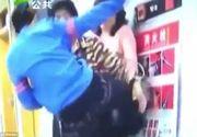 VIDEO: Un baiat de 10 ani isi loveste cu picioarele mama. Femeia i-a spus sa nu se mai joace pe telefon