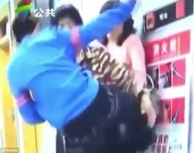 VIDEO: Un baiat de 10 ani isi loveste cu picioarele mama. Femeia i-a spus sa nu se mai...
