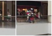 Cel mai bun sot din lume a fost surprins in mall. Ii cara sotiei un morman de pungi incat doar picioarele i se mai vad