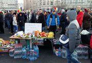 El e antreprenorul care a dus 300 de kilograme de fructe si apa protestatarilor din Piata Victoriei in fiecare zi. De ce face acest lucru
