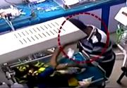 Un angajat al spitalului i-a rupt piciorul unui bebelus de trei zile pentru ca plangea