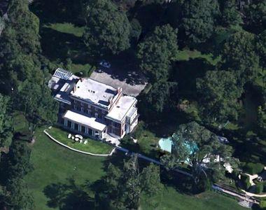 Miliardarul George Soros are o resedinta de vara cat un palat, in SUA! Are piscine,...