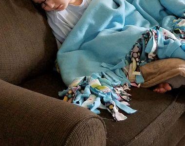 O mama a postat o fotografie sfasietoare cu fiul ei de 10 ani, bolnav de leucemie....