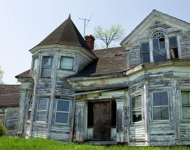 A gasit o casa veche si a vrut sa vada ce e inauntru. Cand a coborat in subsol a avut...