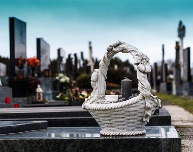 S-a prabusit fara suflare peste mormantul sotiei, chiar la funeraliile acesteia